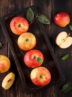 Arrangement de vue de dessus des pommes biologiques