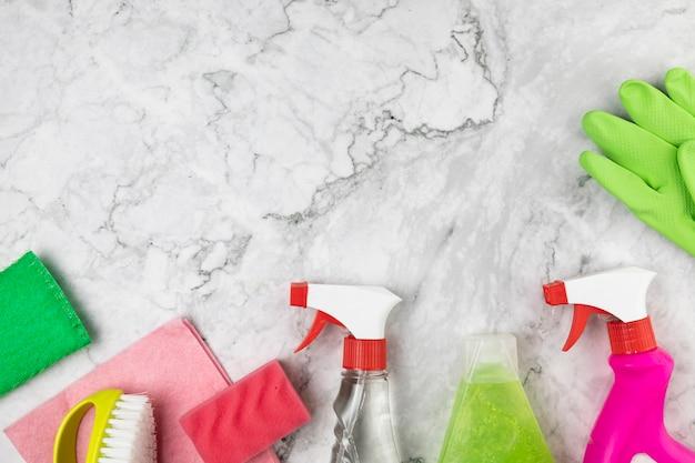 Arrangement de vue de dessus avec des produits pour le nettoyage