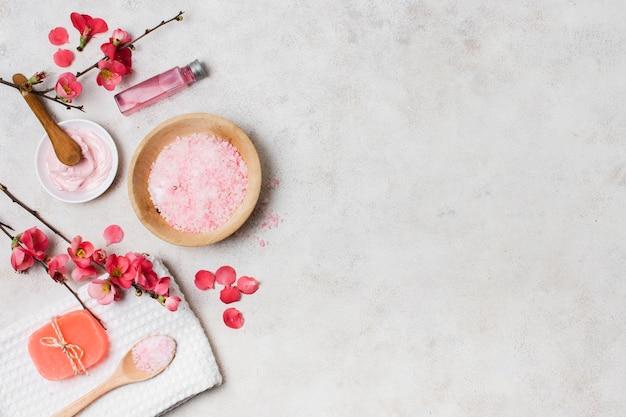 Arrangement de vue de dessus avec des produits de spa roses