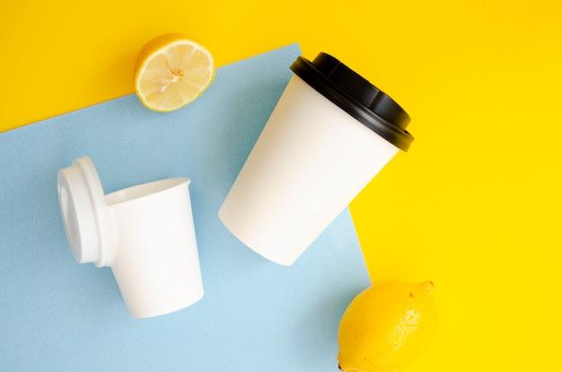 Arrangement de vue de dessus avec des tasses à café