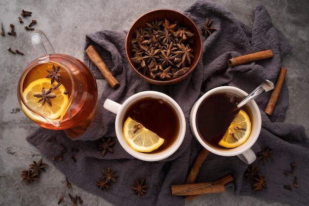 Arrangement de vue de dessus avec des tasses à thé et des herbes