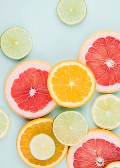 Arrangement de vue de dessus des tranches de fruits