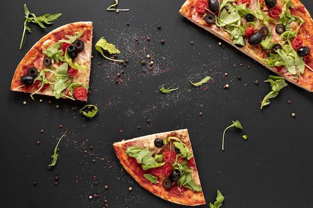 Arrangement de vue de dessus avec des tranches de pizza