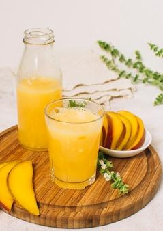 Arrangement vue de face avec smoothie à la mangue