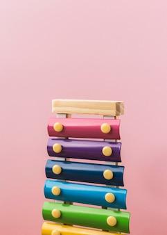 Arrangement de xylophone coloré sur rose