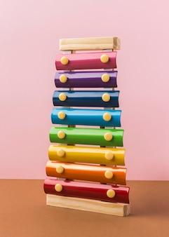 Arrangement de xylophone coloré sur table