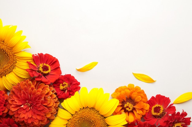 Arrangements de fleurs d'automne faits de tournesols, de feuilles et de fleurs sur fond gris, vue de dessus. composition créative. vue de dessus
