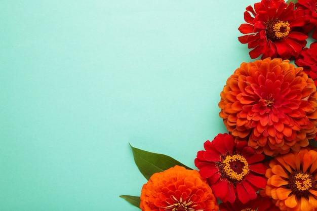 Arrangements de fleurs d'automne faits de tournesols, de feuilles et de fleurs sur fond de menthe, vue de dessus. composition créative. vue de dessus