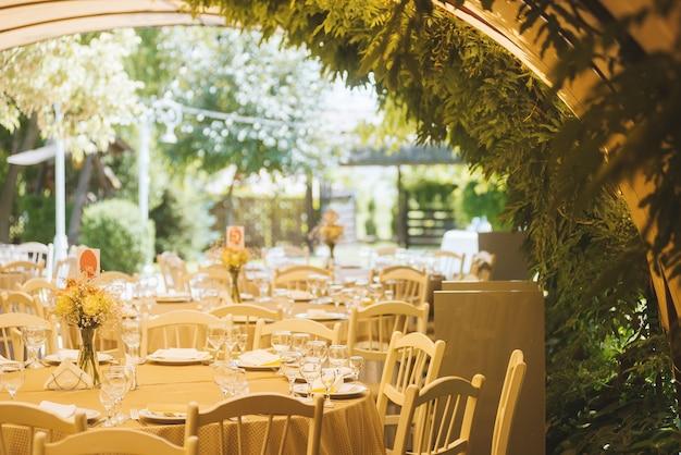 Arrangements de mariage en plein air, tables, chaises dans un restaurant. emplacement vert.