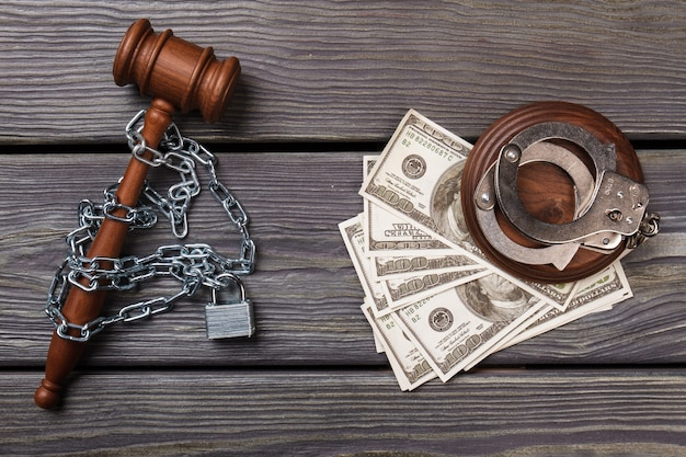 Arrestation à plat pour corruption dans un concept de tribunal.