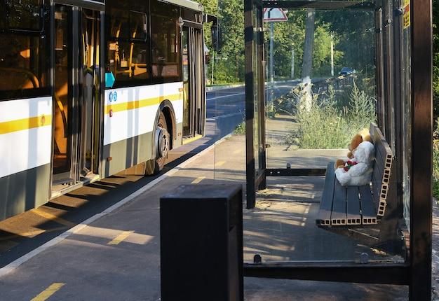 Arrêt de bus avec bus et passagers photo drôle arrêt de bus de jour d'été sur la rue de la ville dans le backg