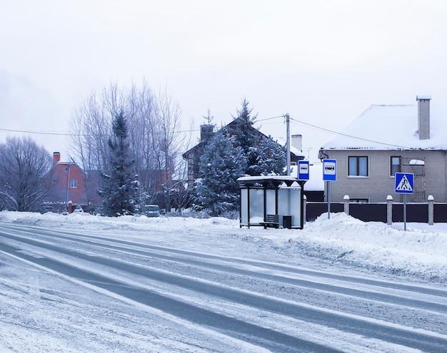 Arrêt de transport en hiver. arrêt de bus. copiez l'espace. route de la ville