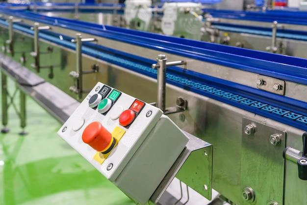 Arrêt d'urgence installé sur le convoyeur en ligne de l'usine de machines