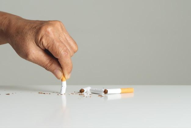 Arrête de fumer, jour sans tabac, les mains de la mère cassent la cigarette