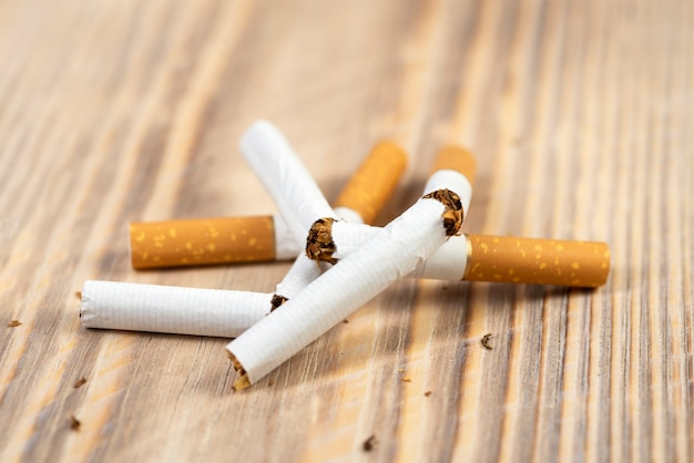 Arrêter de fumer le concept de cigarette