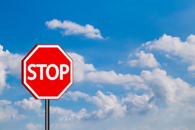 Arrêter les panneaux de signalisation, signe d'arrêt rouge sur fond de ciel bleu