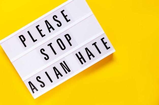 Arrêtez le concept de haine asiatique, texte sur panneau lumineux sur fond jaune