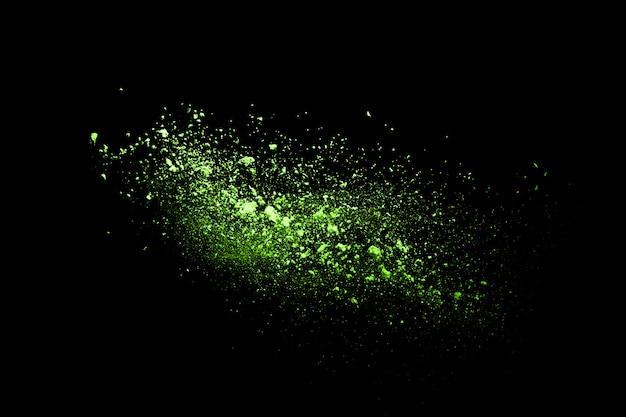 Arrêtez le mouvement du vert en poudre sur fond noir. vert poudre explosive sur fond noir.