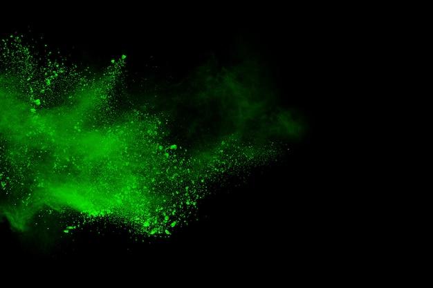 Arrêtez le mouvement du vert en poudre sur fond noir.