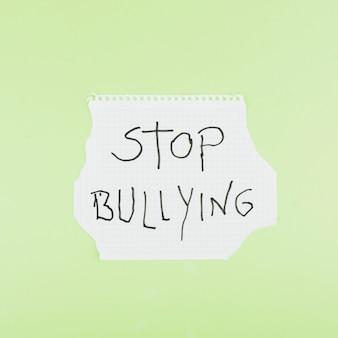 Arrêtez le slogan d'intimidation sur une feuille de papier au carré
