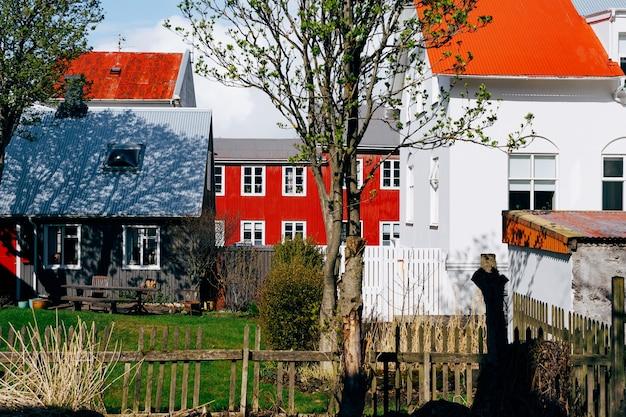 Arrière-cour de maisons traditionnelles à reykjavik la capitale de l'islande blanc noir et rouge à la maison