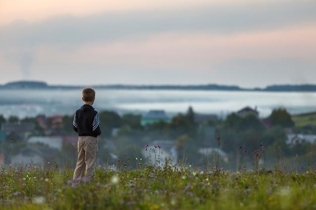 L'arrière du jeune enfant garçon seul