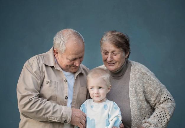 Arrière-grand-mère et arrière-grand-père avec arrière-petit-fils sur fond bleu