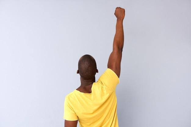 L'arrière d'un homme noir frappant l'air sur fond gris