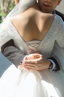 L'arrière de la mariée et le gros câlin du marié