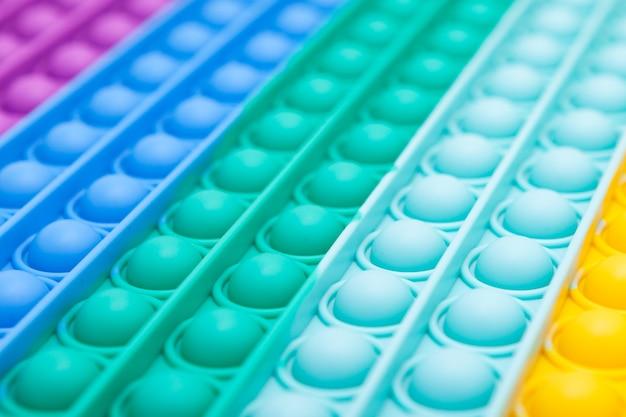 Arrière-plan abstrait de couleur floue sur le thème de la perspective des jouets pop it à la mode défocalisé