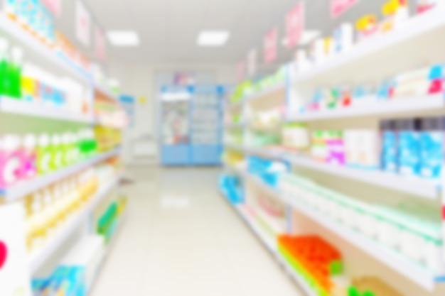 Arrière-plan abstrait flou avec des marchandises sur des étagères dans une supérette de pharmacie