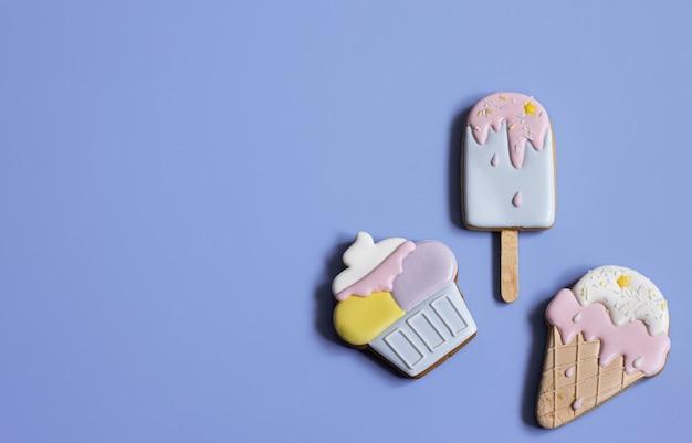 Arrière-plan avec des biscuits de pain d'épice festifs sous forme de bonbons, recouverts d'un espace de copie de glaçage.