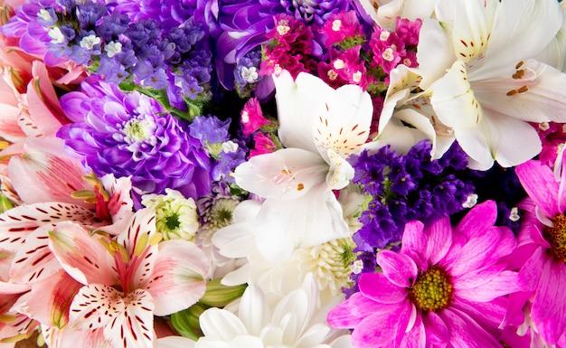 Arrière-plan d'un bouquet de roses blanches et violettes statice alstroemeria et fleurs de chrysanthème
