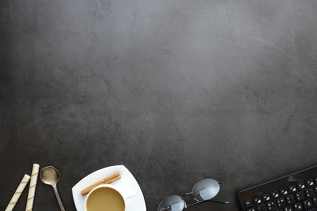Arrière-plan de bureau avec une tasse de café et des ustensiles d'écriture. bureau du directeur, stylo, bloc-notes, ordinateur.