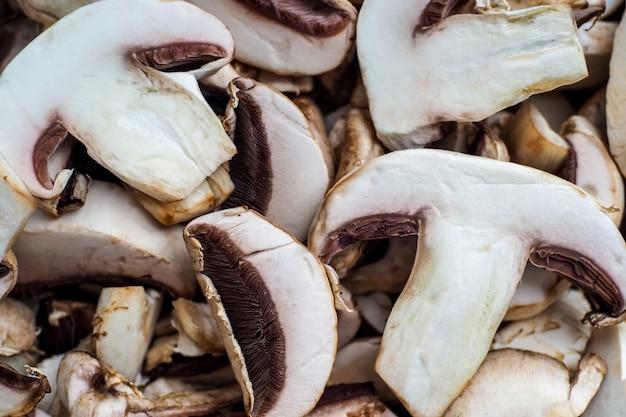L'arrière-plan des champignons hachés non frais et des produits de champignons dans le magasin de légumes ne sont pas les premiers ...