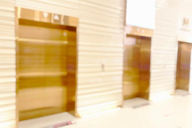 Arrière-plan clair flou dans la boutique du centre commercial pour les affaires, bokeh abstrait flou dans le couloir intérieur.