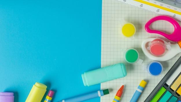 L'arrière-plan coloré de l'image de concept de retour à l'école.
