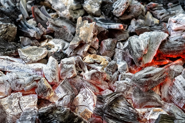 Arrière-plan de la combustion des charbons ardents dans le barbecue