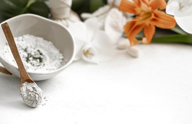 Arrière-plan avec des cosmétiques naturels pour un traitement spa à domicile ou en salon, soins cosmétiques de la peau du visage.