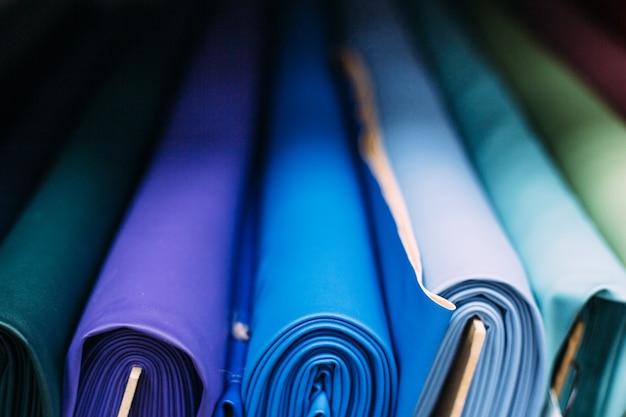 Arrière-plan avec un cuir artificiel en tissu multicolore flou