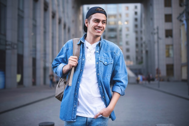 Arrière-plan dans la rue en attendant ses collègues homme d'affaires portant une chemise en jean blanche décontractée