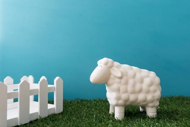 Arrière-plan décoratif avec une clôture et des moutons en bois