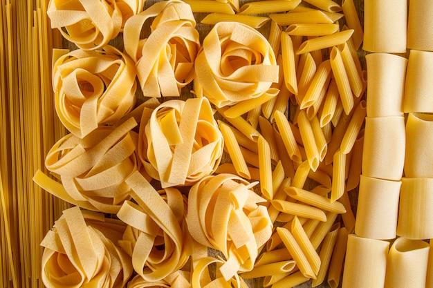 Arrière-plan avec différents types de pâtes