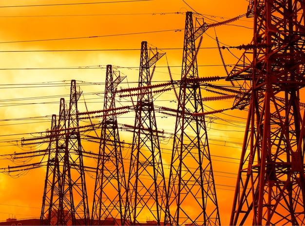 Arrière-plan dramatique de lignes électriques industrielles