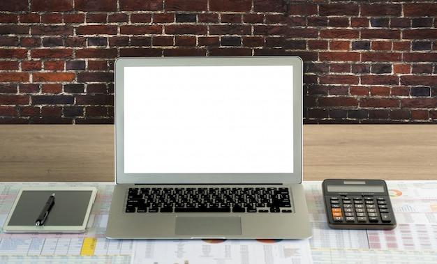 Arrière-plan de l'espace de travail nouveau projet sur ordinateur portable avec écran d'espace copie vierge pour votre message texte publicitaire ordinateur portable avec écran vide sur table.