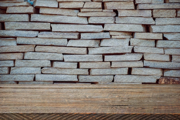 L'arrière-plan est constitué de planches de bois vierges et d'un mur de briques texturé avec éclairage et vignettage