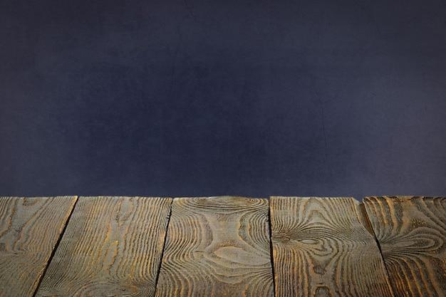 L'arrière-plan est constitué de planches de bois vierges et d'un mur plâtré texturé avec éclairage et vignettage