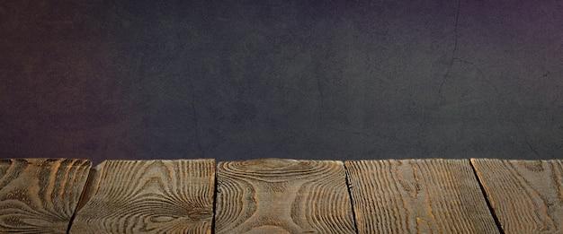 L'arrière-plan est constitué de planches de bois vierges et d'un mur plâtré texturé avec éclairage