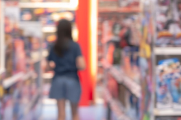 Arrière-plan flou. asian young woman shopping play toys in shopping department store.