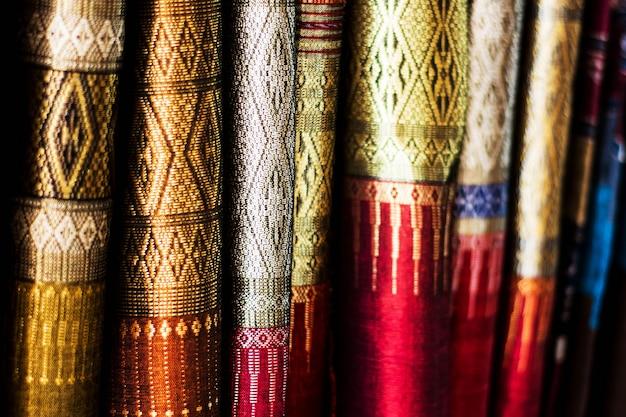 Arrière-plan flou de beaux motifs de soie thaïlandaise, faible profondeur de champ